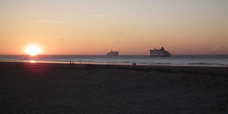 Les car-ferries, plage de Calais